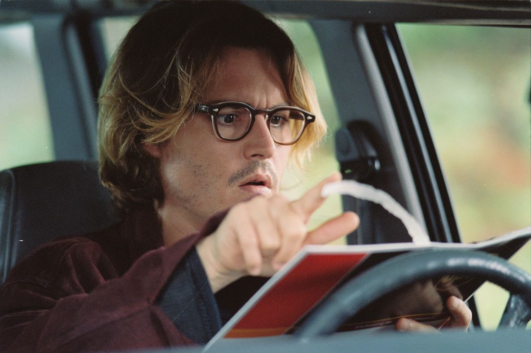 Zunächst ist sich Mort (Johnny Depp) ziemlich sicher, dieses Missverständnis ganz schnell aufklären zu können, indem er dem psychotischen Fremde... - Bildquelle: Sony Pictures Television International. All Rights Reserved.