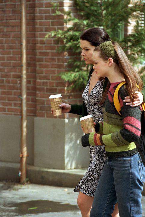 Während sich Lorelai (Lauren Graham, l.) mit ihrer vornehmen Großmutter aus England und deren Abneigung gegen Emily herumärgern muss, versucht sich... - Bildquelle: 2000 Warner Bros.