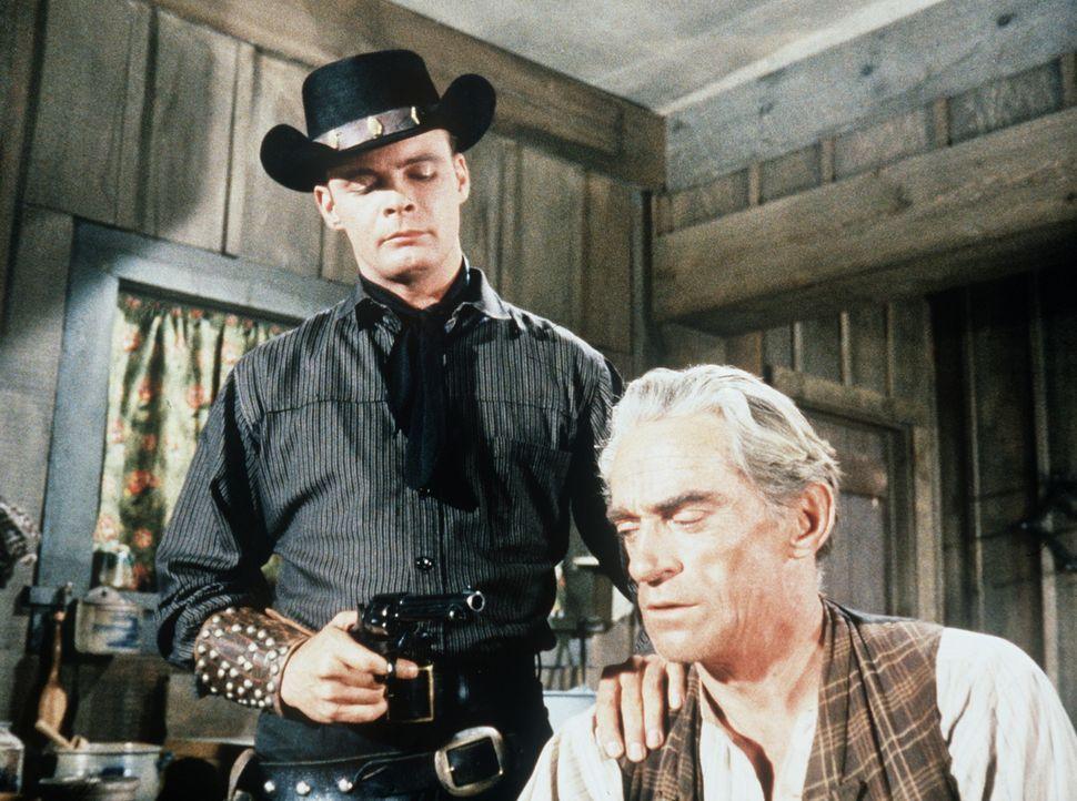 Auf der Suche nach Holly sucht der brutale Jamey Boy (Ronald Starr, l.) seinen Stiefvater Pete Burnside (Jim Boles, r.) auf und versucht, den Aufent... - Bildquelle: Paramount Pictures