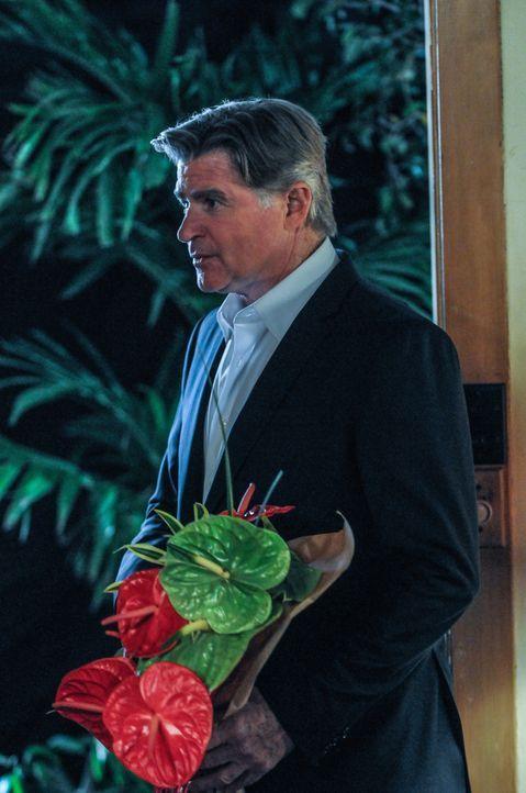 Während der Ermittlungen lässt Steve seine Mutter von einem Privatdetektiv (Treat Williams) beschatten, um herauszufinden, was sie vorhat ... - Bildquelle: 2013 CBS Broadcasting, Inc. All Rights Reserved.