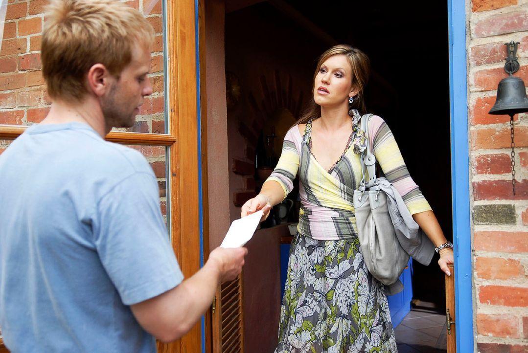 Jackie (Wolke Hegenbarth, r.) drückt Tom (Julian Weigend, l.) den Grund für ihren Besuch in die Hand - die Scheidungspapiere ... - Bildquelle: M. Krumwiede Sat.1