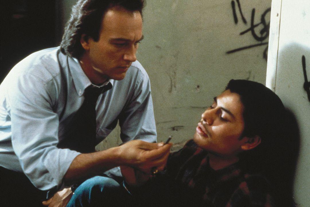 Schulleiter Latimer (James Belushi, l.) gibt nicht auf: Arturo Diego (Jacob Vargas, r.) wird sein Verbündeter ... - Bildquelle: TriStar Pictures
