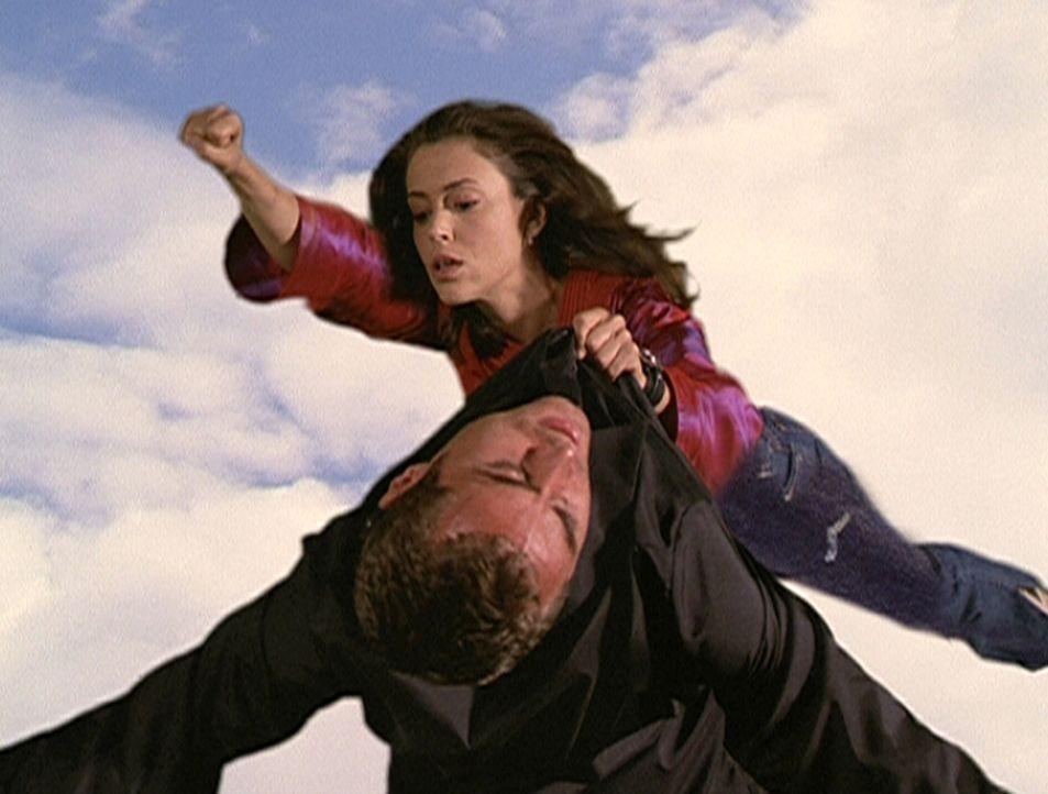 Phoebe (Alyssa Milano, oben) nutzt ihre neu gewonnene Fähigkeit, um Dragon (Marcus Graham, unten) zu überwältigen. - Bildquelle: Paramount Pictures