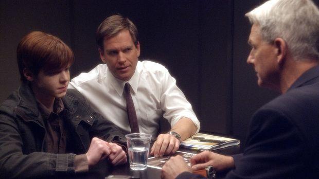 Gibbs (Mark Harmon, r.) und Tony (Michael Weatherly, M.) untersuchen einen zw...