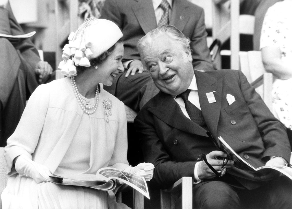 Queen-ElizabethII-Lord-Killanin-1976-07-17-dpa - Bildquelle: dpa