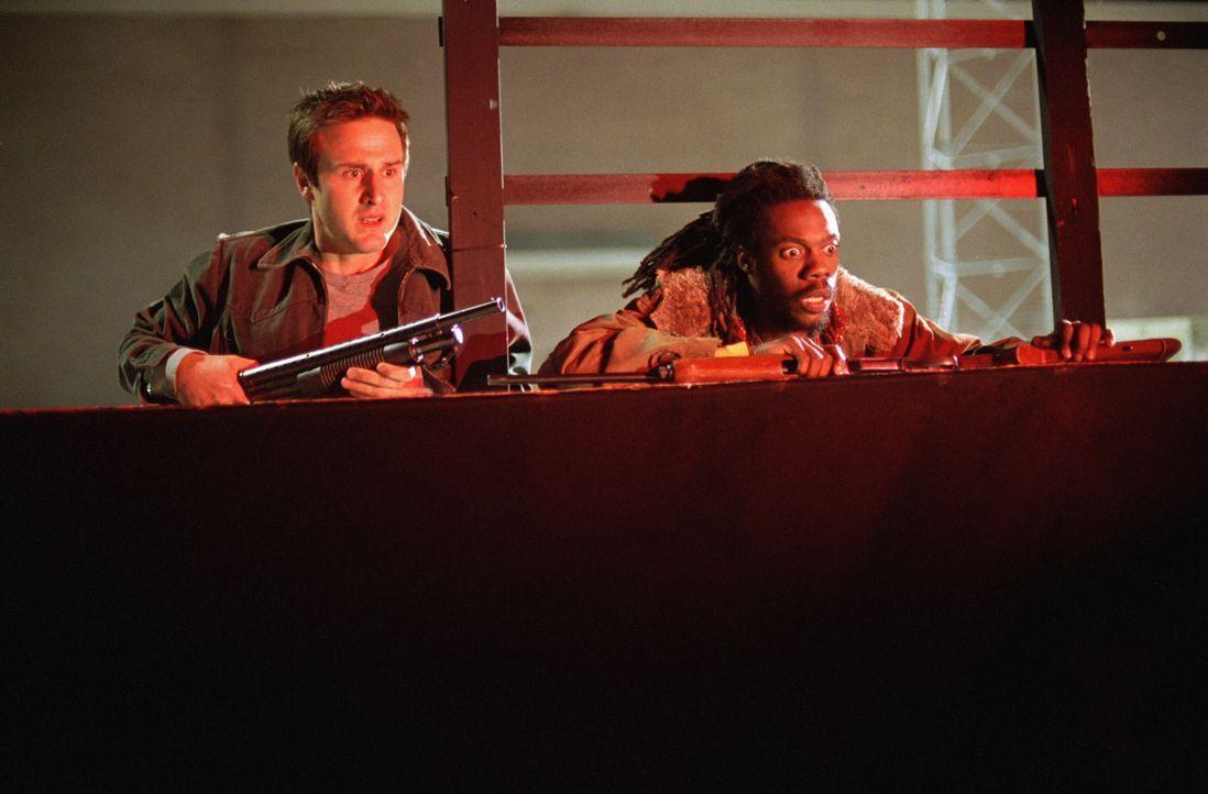 Werden Harlan (Doug E. Doug, r.) und Chris McCormick (David Arquette, l.) den Angriff der achtbeinigen Monster heil überstehen? - Bildquelle: Warner Bros. Pictures