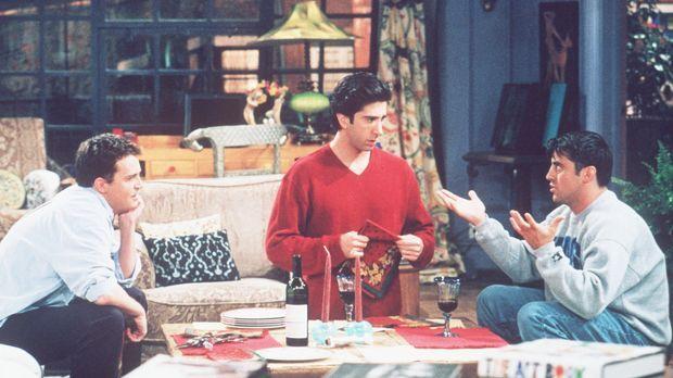 Joey (Matt LeBlanc, r.) und Chandler (Matthew Perry, l.) verabschieden sich v...