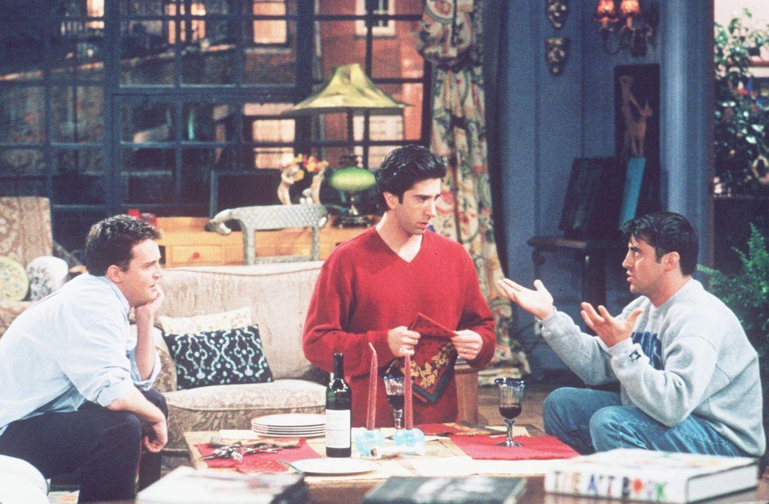 Joey (Matt LeBlanc, r.) und Chandler (Matthew Perry, l.) verabschieden sich von ihrem Freund Ross (David Schwimmer, M.). - Bildquelle: TM+  2000 WARNER BROS.