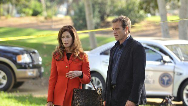 Am Leichenfundort berichtet Tommy Sullivan (Mark Valley, r.) Megan (Dana Dela...