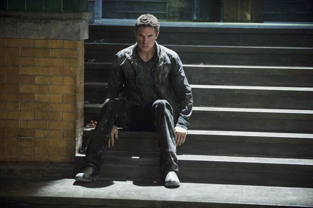 Kann Stephen (Robbie Amell) verhindern, dass der Gründer seinen Vater dazu verwendet, die Menschheit auszurotten? - Bildquelle: Warner Bros. Entertainment, Inc