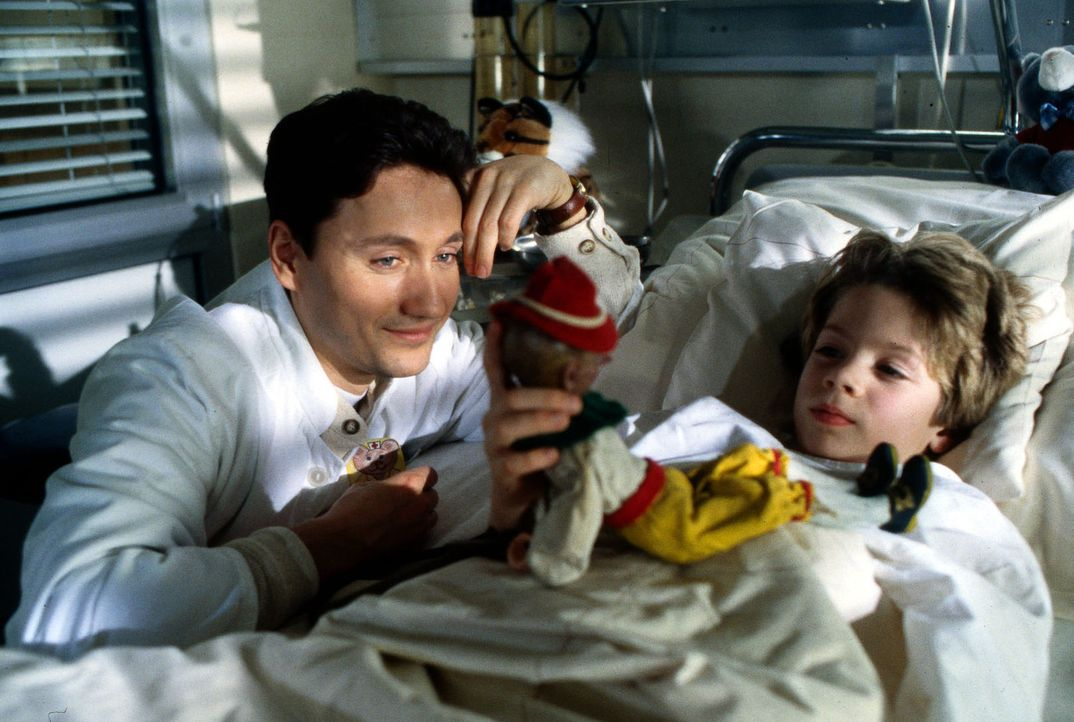 """Stolz zeigt der kleine Florian Lohmann (Dominick Strzoda, r.) Markus Kampmann (Ulrich Reinthaller, l.) den Pinocchio, den ihm sein """"neuer Onkel"""" sch... - Bildquelle: Bernd Spauke Sat.1"""