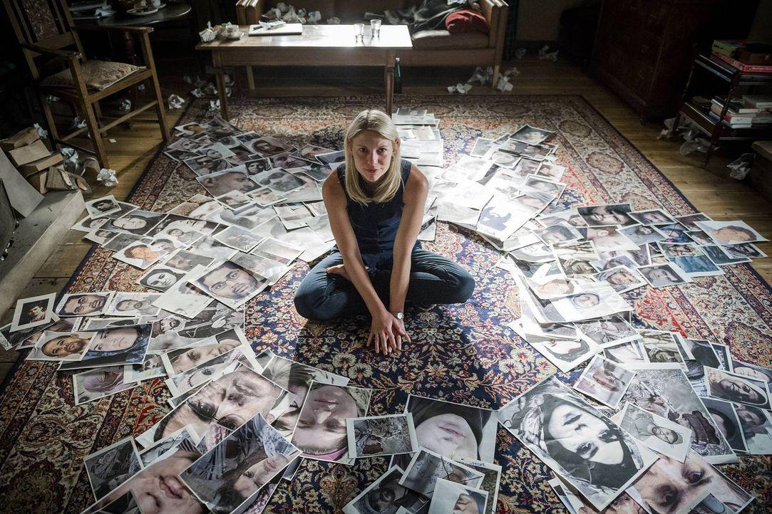 Carrie (Claire Danes) versucht herauszufinden, wer hinter ihr her sein könnte und forscht deshalb in ihrer Vergangenheit ... - Bildquelle: Stephan Rabold 2015 Showtime Networks, Inc., a CBS Company. All rights reserved.