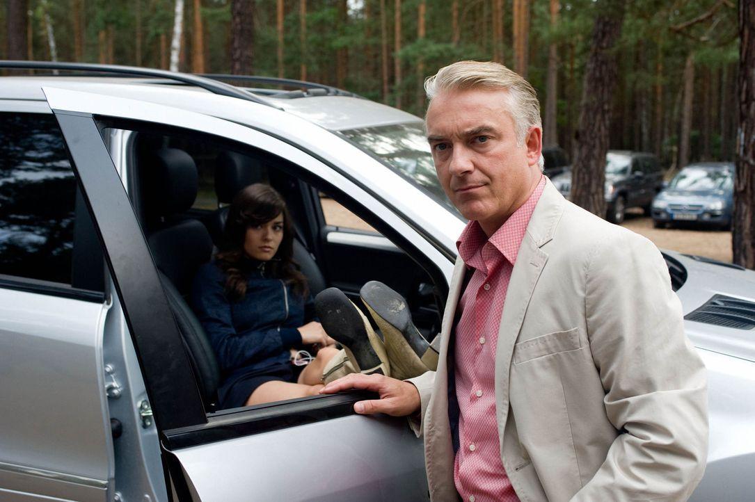 Um die Spannungen zwischen sich und seiner Tochter Natalie (Diane Willems, l.) zu abzubauen, beschließt Dieter (Christoph M. Ohrt, r.), gemeinsam e... - Bildquelle: Sat.1