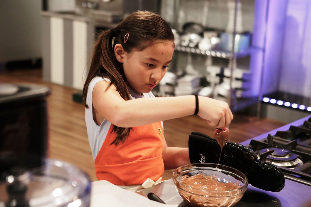 """Was passt besser zusammen als Früchte und Schokolade? Das weiß auch Emma und zaubert etwas ganz Besonderes zur """"heißen"""" Schokolade-Challenge ... - Bildquelle: Adam Rose 2015, Television Food Network, G.P.  All Rights Reserved."""