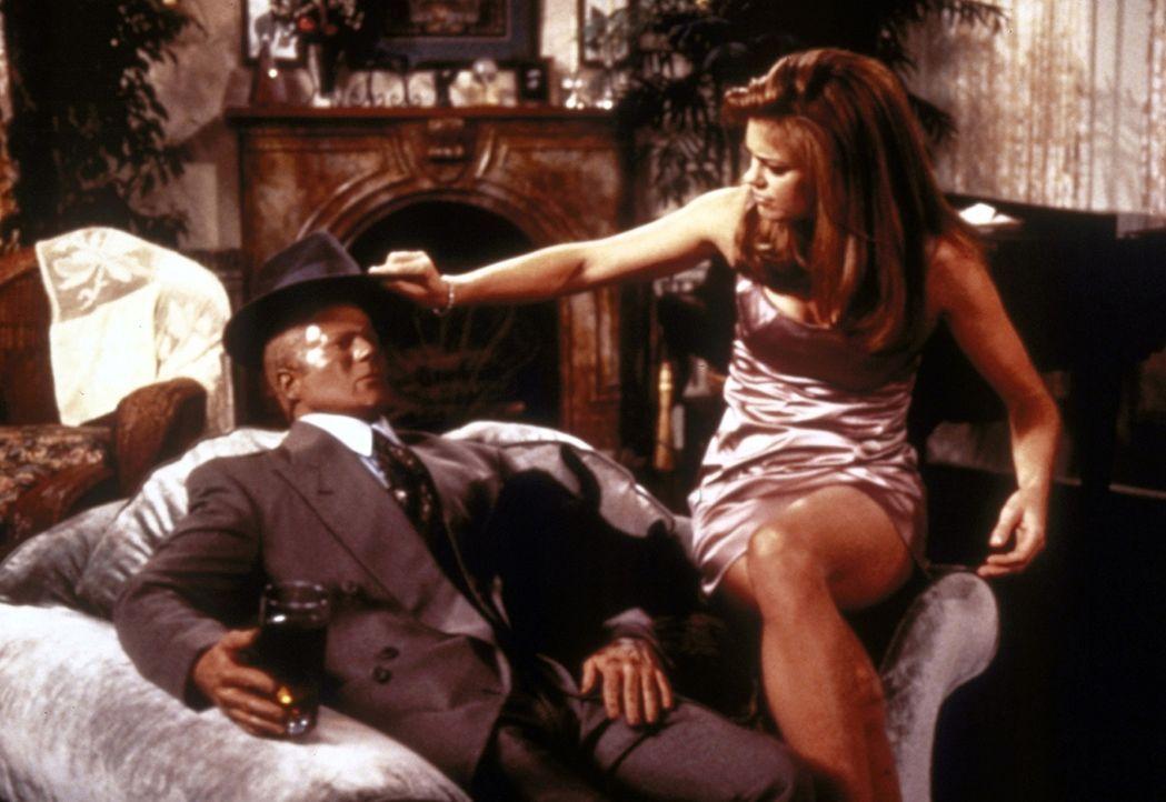 Salem bekommt Besuch von seiner ehemaligen Freundin Shelly (Kathy Ireland, r.), die noch nicht weiß, dass er jetzt eine Katze ist ... - Bildquelle: Paramount Pictures