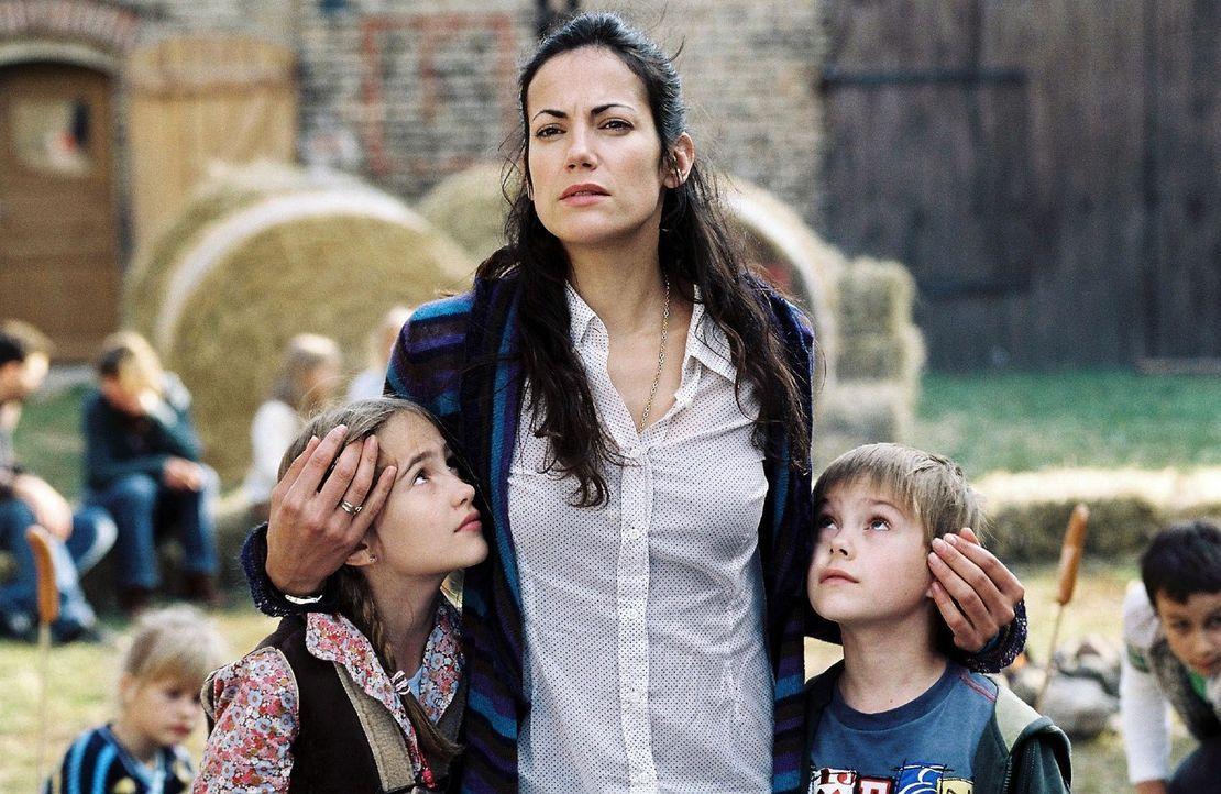 Katharina (Bettina Zimmermann, M.) und die Kinder Tom (Connor Mills, r.) und Marie (Quila Maaß, l.) müssen hilflos mit ansehen, wie ihr glückliches... - Bildquelle: Conny Klein Sat.1