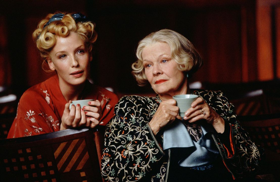 Stehen auch die schwersten Zeiten zusammen durch Maureen (Kelly Reilly, l.) und Mrs. Laura Henderson (Judi Dench, r.) ... - Bildquelle: The Weinstein Company All rights reserved