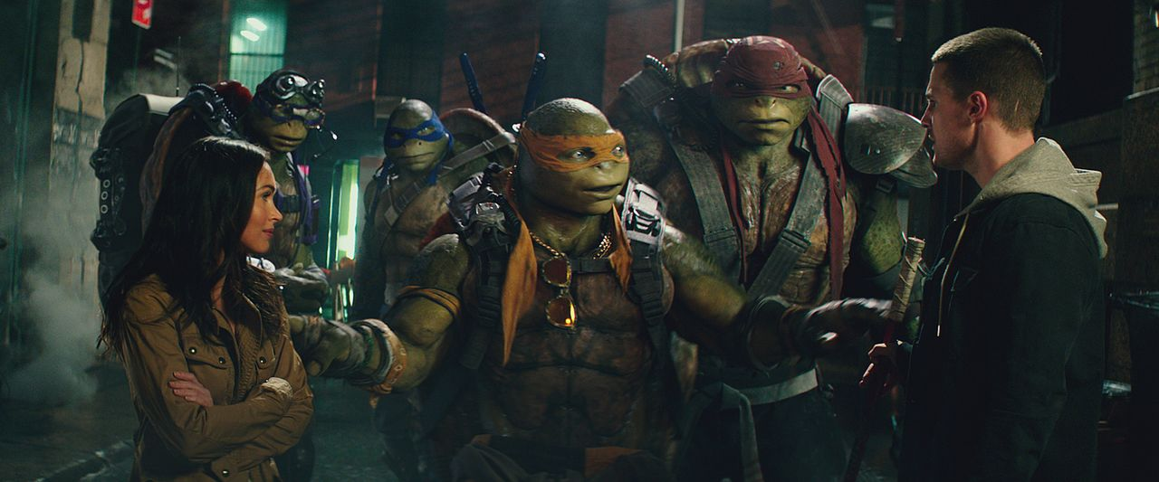 Die Reporterin April O'Neil (Megan Fox, l.) macht den Vollzugsbeamten Casey Jones (Stephen Amell, r.), der für den Gefangenentransport verantwortlic... - Bildquelle: 2018 Paramount Pictures. All Rights Reserved. TEENAGE MUTANT NINJA TURTLES is a trademark of Viacom International Inc.