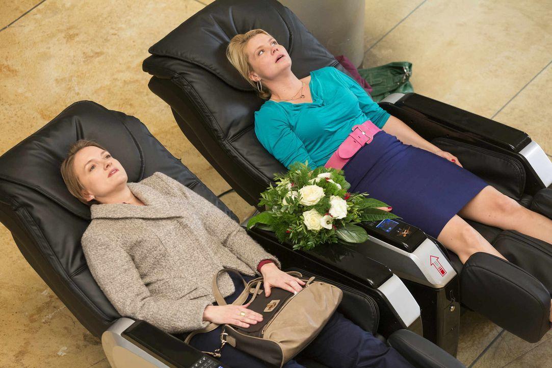 Für Danni (Annette Frier, r.) startet der Tag schon mies, als Pit sie auf dem Massagesessel stört, um ihr einen Blumenstrauß zu bringen. Er hat es n... - Bildquelle: Frank Dicks SAT.1