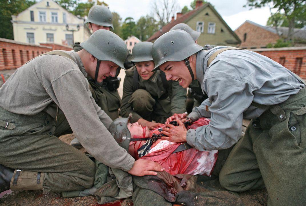 Das erste Opfer: Albert (François Goeske, r.) und seine Freunde können Siegi (Florian Heppert, liegend) nicht mehr retten ... - Bildquelle: Boris Guderjahn ProSieben