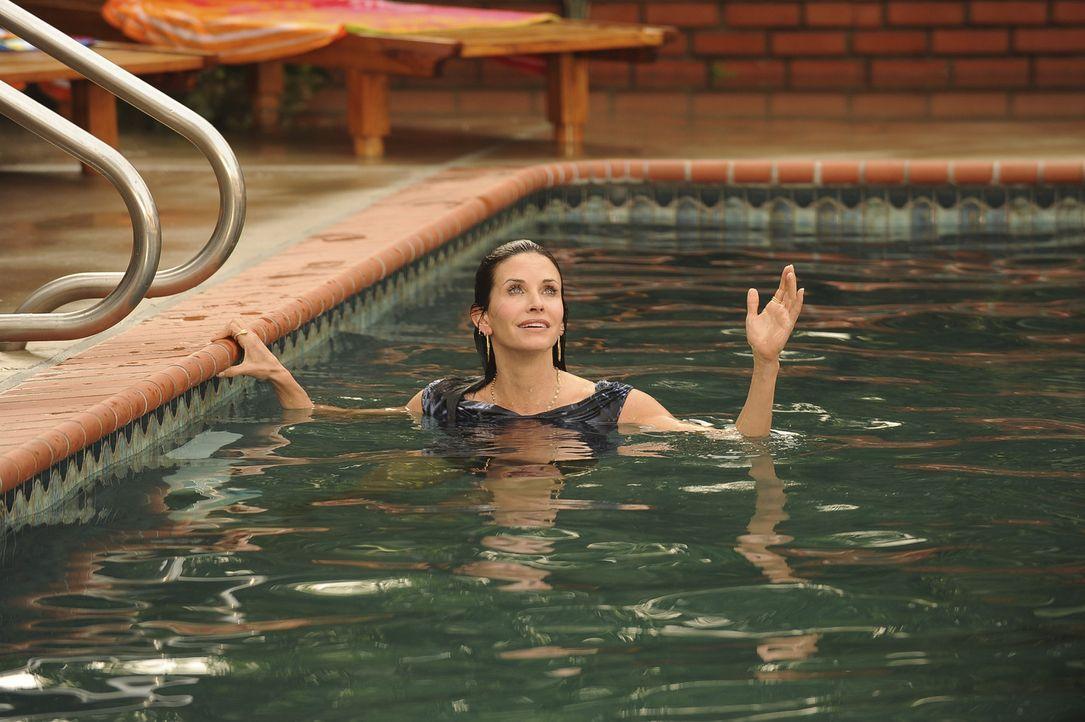 Findet sich im Pool wieder: Jules (Courteney Cox) ... - Bildquelle: 2009 ABC INC.