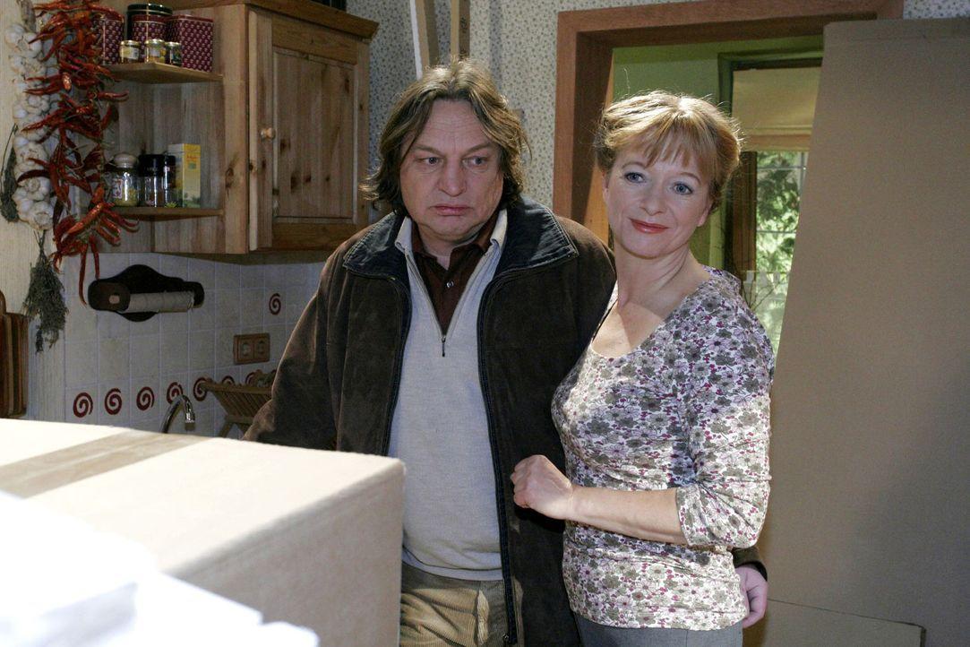 Als Bernd (Volker Herold, l.) mit unguten Neuigkeiten nach Hause kommt, präsentiert ihm Helga (Ulrike Mai, r.) freudestrahlend die neue Küche. - Bildquelle: Sat.1