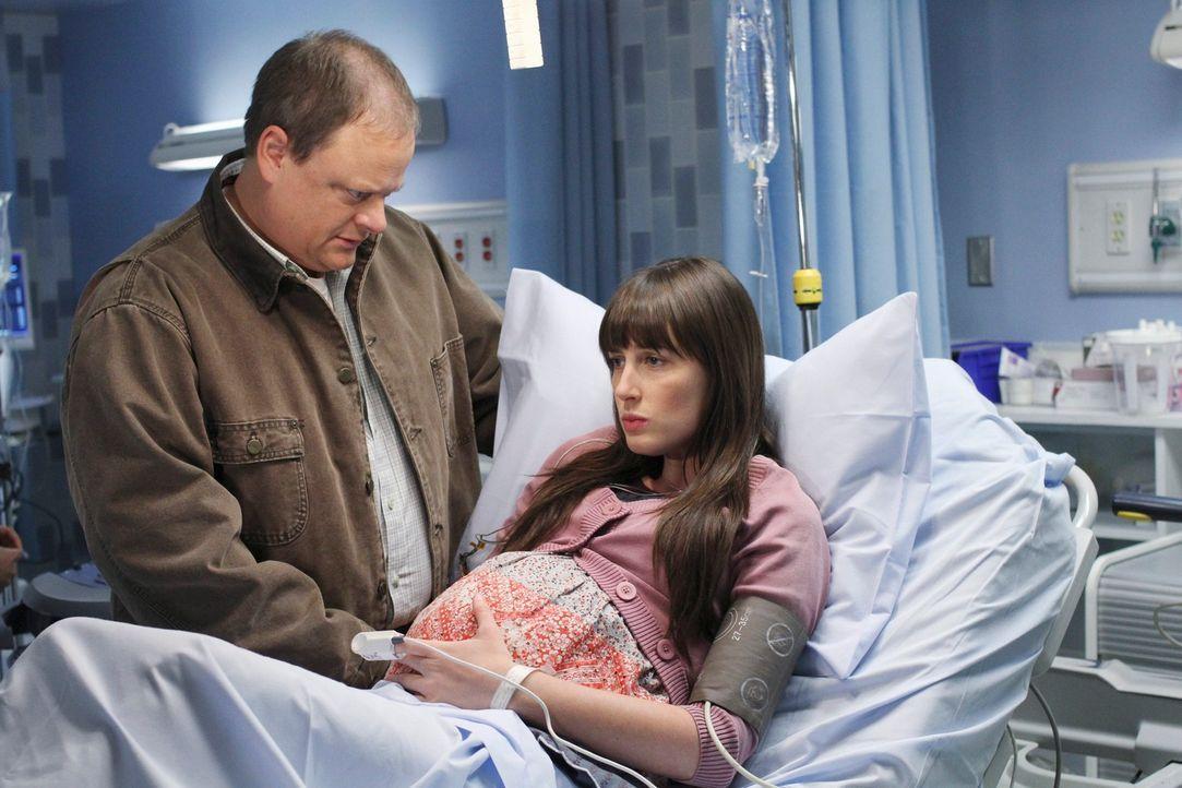 Kim (Sarah Hagan, r.) kommt in Begleitung ihres Vaters George (Larry Clarke, l.) in die Praxis, um sich wegen Rückenschmerzen untersuchen zu  lasse... - Bildquelle: ABC Studios