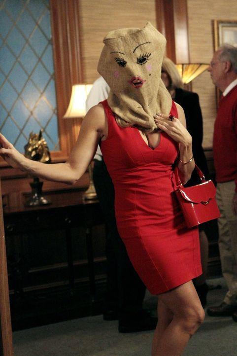Versteckt sich vor George, weil ihre Gesichtsbehandlung sie entstellt hat: Dallas (Cheryl Hines) ... - Bildquelle: Warner Brothers