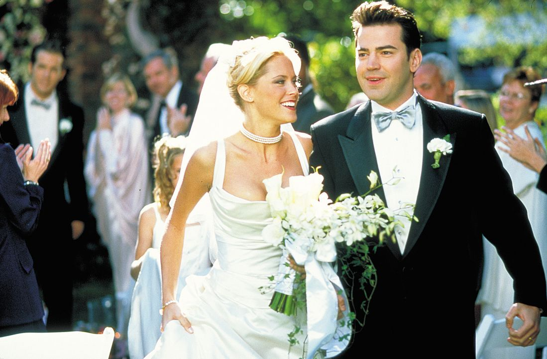 Als Tyler (Ron Livingston, r.) mitten in der Nacht anruft, um David und Sarah (Bridgette Wilson, l.) mitzuteilen, dass er gerade die Traumfrau seine... - Bildquelle: 2003 Sony Pictures Television International. All Rights Reserved.