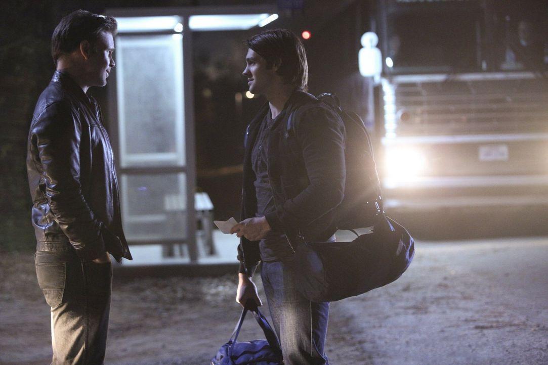 Während Enzo dafür sorgt, dass Jeremy (Steven R. McQueen, r.) Zweifel an seinem Weggang bekommt, versucht Alaric (Matthew Davis, l.) ihm wieder Mut... - Bildquelle: Warner Bros. Entertainment, Inc