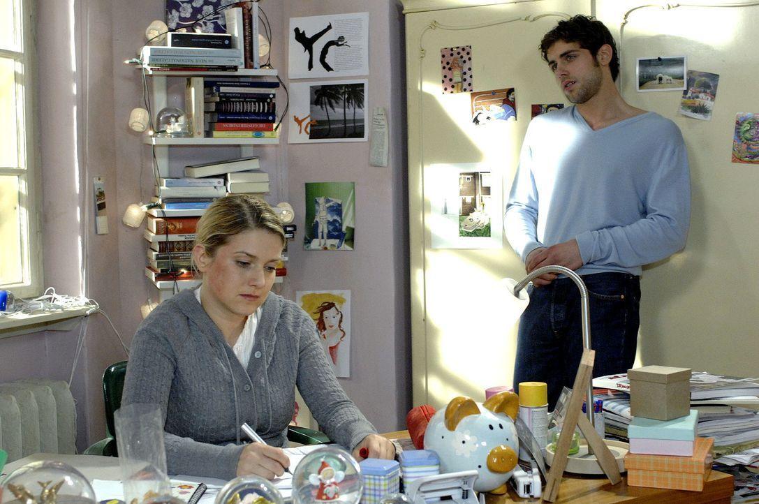 Anna (Jeanette Biedermann, l.) hilft Jonas (Roy Peter Link, r.) dabei, seine Trauer um Robert in Worte zu fassen. - Bildquelle: Oliver Ziebe Sat.1