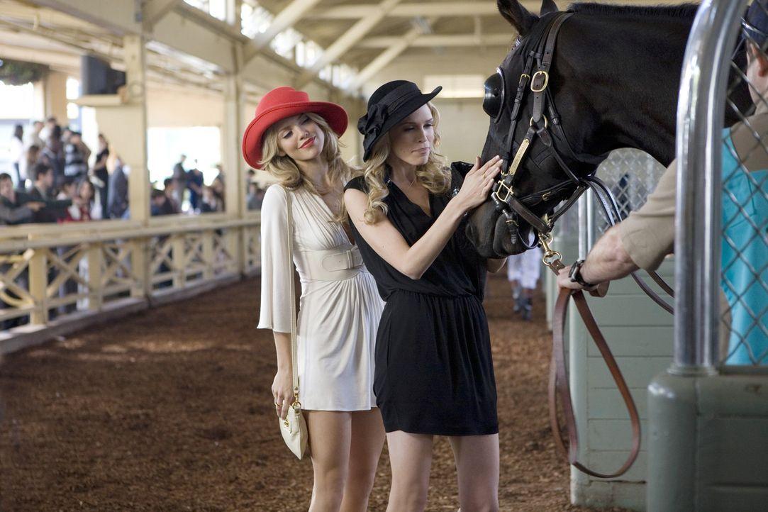 Naomi (AnnaLynne McCord, l.) ahnt nicht, dass Jen (Sara Foster, r.) das Pferd mit ihrem Geld gekauft hat - aber das ist nur eine ihrer vielen Lügen... - Bildquelle: TM &   CBS Studios Inc. All Rights Reserved