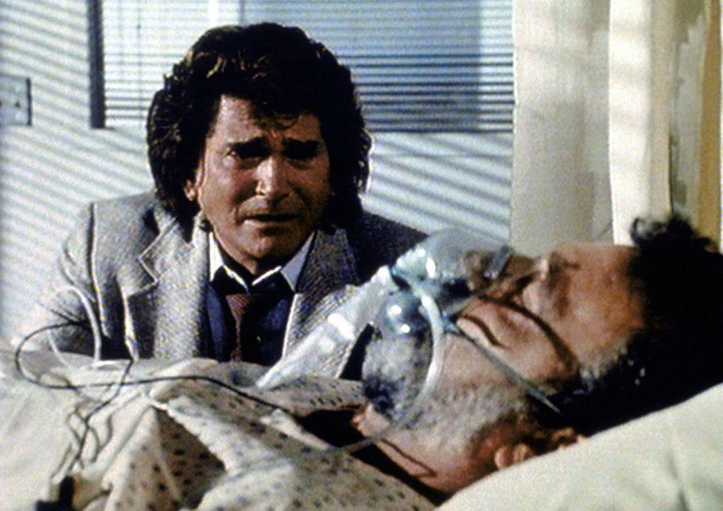 Jonathan (Michael Landon, l.) ist verzweifelt, weil sein Partner Mark (Victor French, r.) im Laufe ihrer Ermittlungen mit einer Überdosis Rauschgift... - Bildquelle: Paramount Pictures