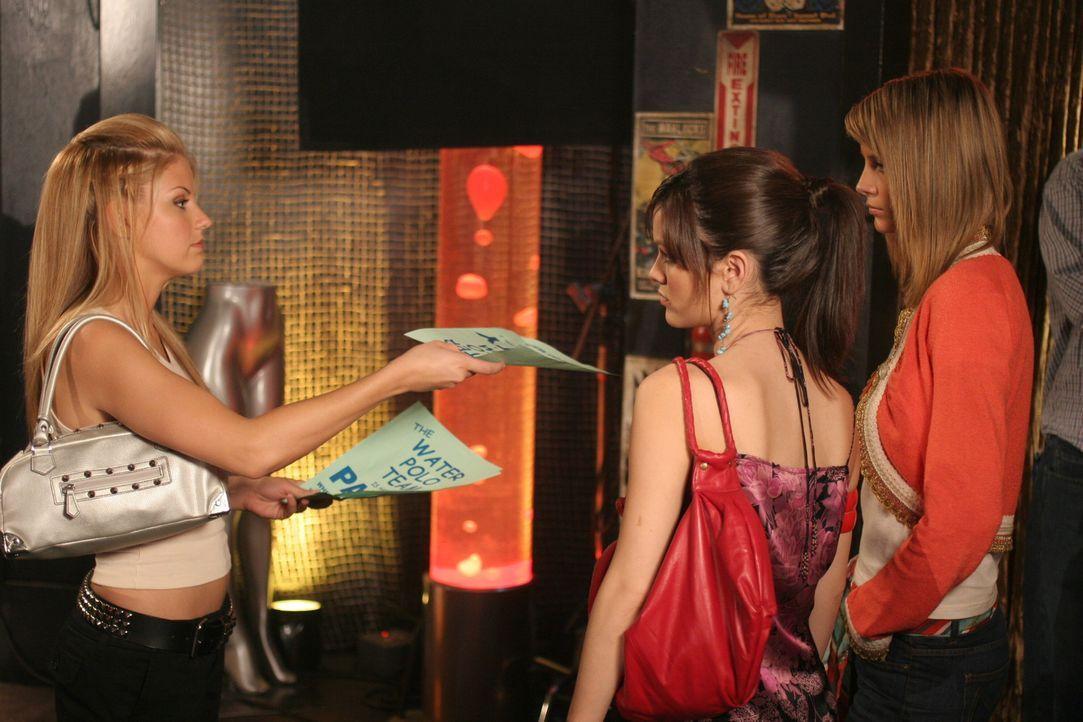Summer (Rachel Bilson, M.) und Marissa (Mischa Barton, r.) sind auf der Suche nach dem Dealer der Jess (Nikki Griffin, l.) die Drogen gegeben hat. - Bildquelle: Warner Bros. Television