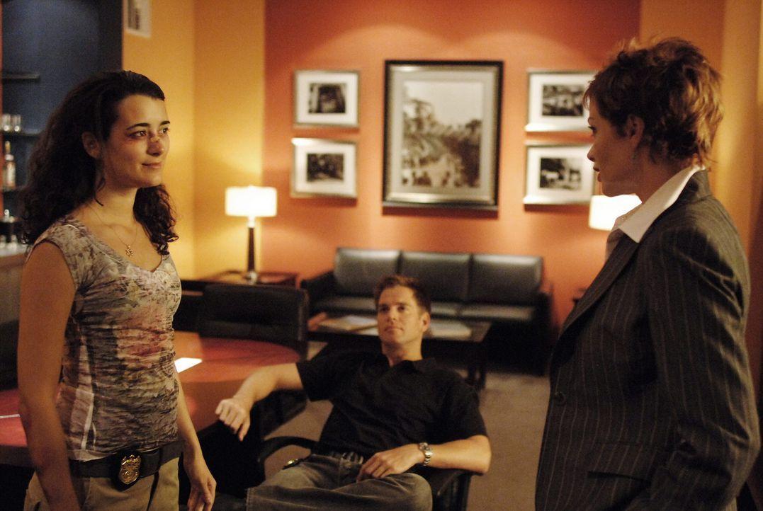 Ziva (Cote de Pablo, l.) kommt zurück in den Dienst. Tony (Michael Weatherly, M.) und Jenny (Lauren Holly, r.) sind glücklich darüber, das ihr ni... - Bildquelle: CBS Television