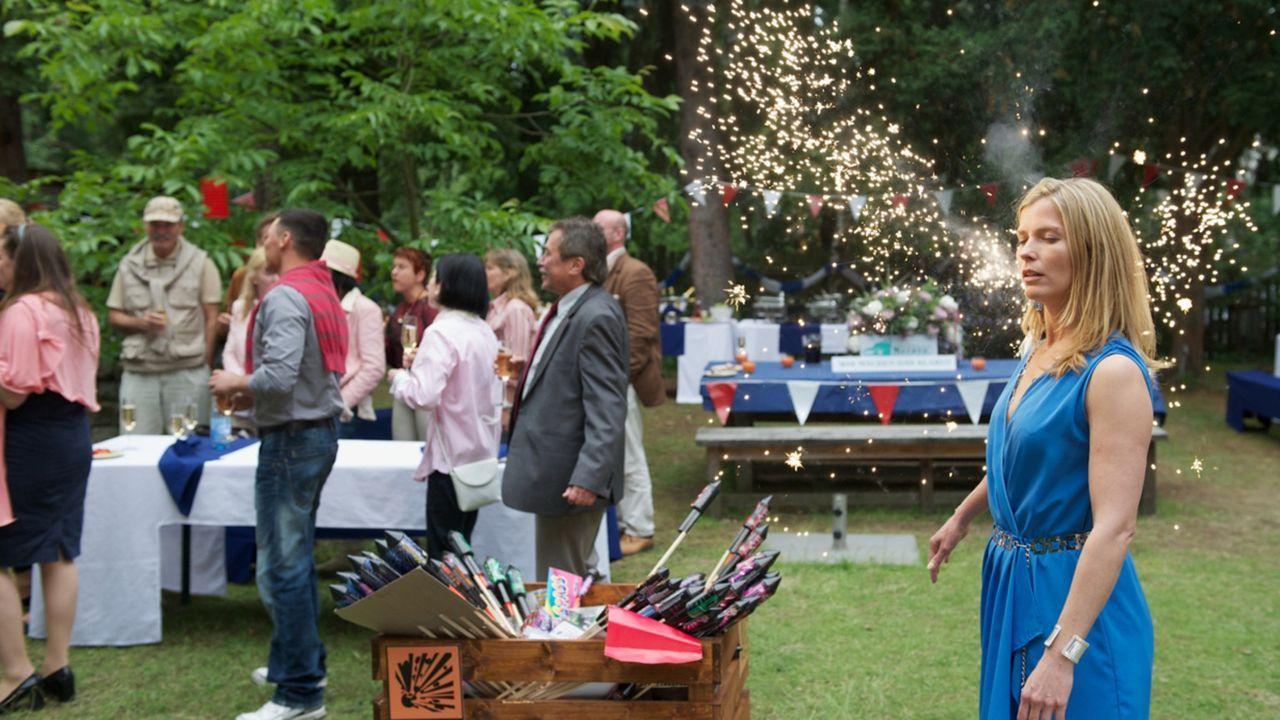 Als Katrin beschließt, Kate (Valerie Niehaus) auf der Gartenparty unbemerkt außer Gefecht zu setzen, löst sie versehentlich ein Feuerwerk aus, das d... - Bildquelle: Marc Meyerbroeker SAT.1
