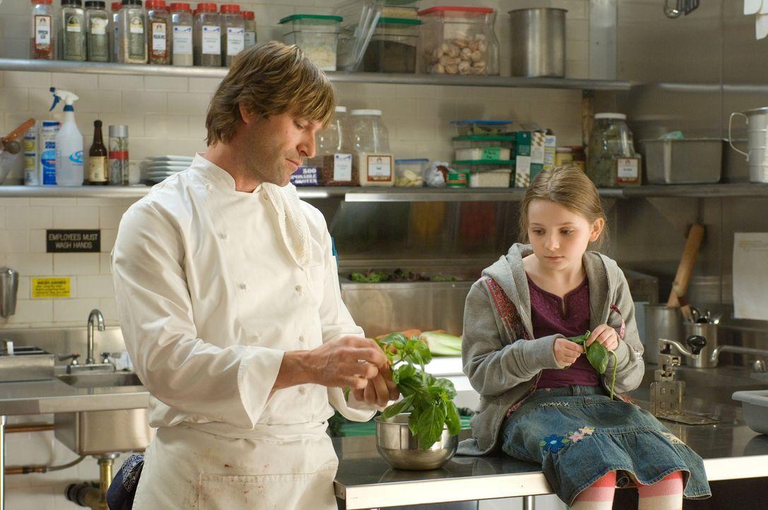 Nick (Aaron Eckhart, l.) findet schnell Zugang zu der kleinen Zoe (Abigail Breslin, r.). Seit dem Tod ihrer Mutter lebt das Mädchen bei ihrer Tante... - Bildquelle: Warner Bros.