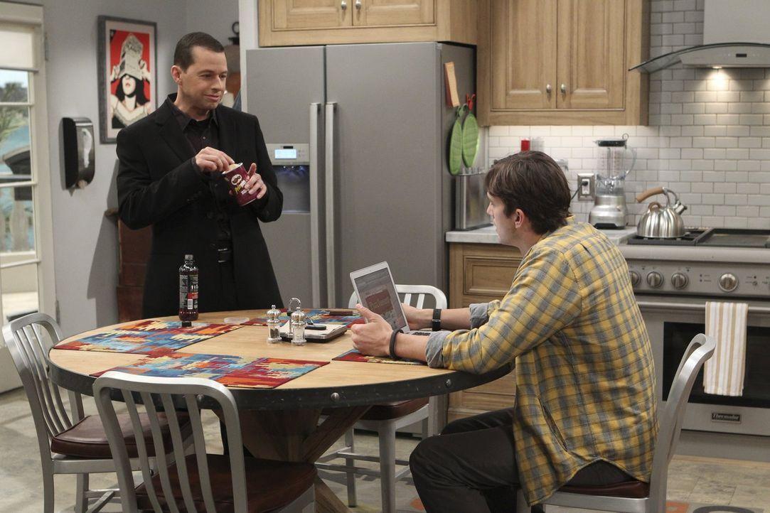 Während Alan (Jon Cryer, l.) versucht, sich mit Lyndseys neuem Freund anzufreunden, steht Walden (Ashton Kutcher, r.) Jenny zur Seite ... - Bildquelle: Warner Bros. Television