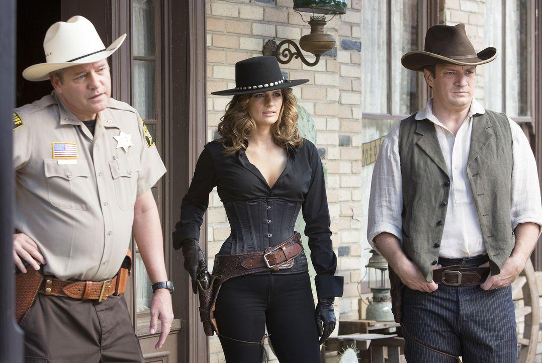 Als in einem Wild-West-Resort eine junge Frau vergiftet wird, versuchen Castle (Nathan Fillion, r.) und Beckett (Stana Katic, M.) den Täter zu fasse... - Bildquelle: ABC Studios