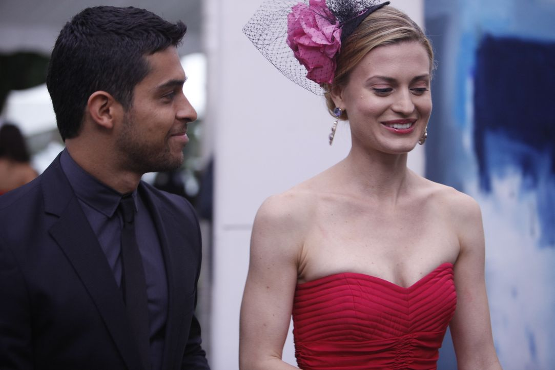 Paige (Brooke D'Orsay, r.) ist außer sich vor Freunde, als der Galerist Eric Kasabian (Wilmer Valderrama, l.) tatsächlich ein Bild von ihr kauft. Do... - Bildquelle: Will Hart 2011 Open 4 Business Productions, LLC. All Rights Reserved.