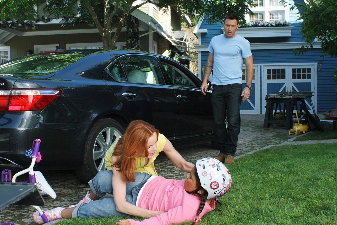 Schock: Als Bree (Marcia Cross, l.) eines Tages beim rückwärts Ausparken Keiths (Brian Austin Green, r.) Kehrseite bewundert, fährt sie versehentlic... - Bildquelle: ABC Studios