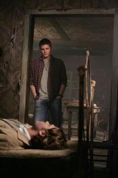 Supernatural - Nach dem Kampf zwischen Jake und Sam (Jared Padalecki, vorne)...