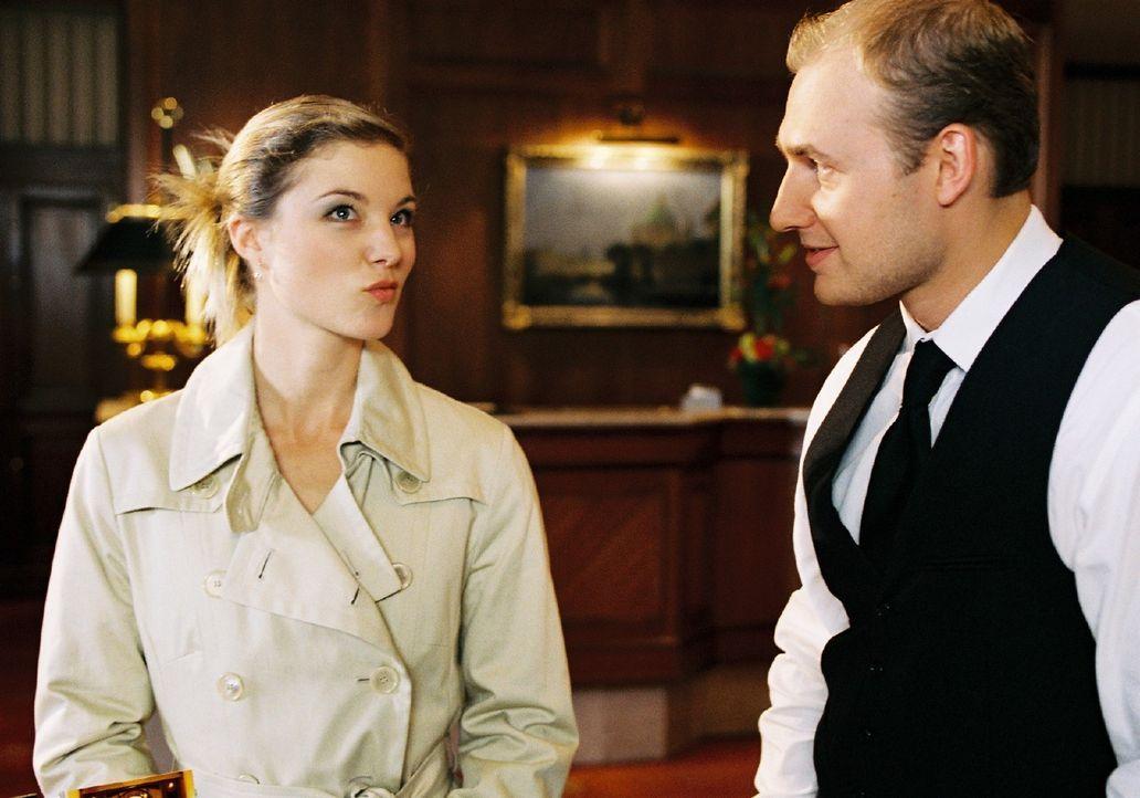Die frisch geschiedene Jessica (Cordelia Wege, l.) genießt es, eine kleine Affäre mit dem Barkeeper Boris (Anton Levit, r.) zu haben. - Bildquelle: Stephan Rabold Sat.1