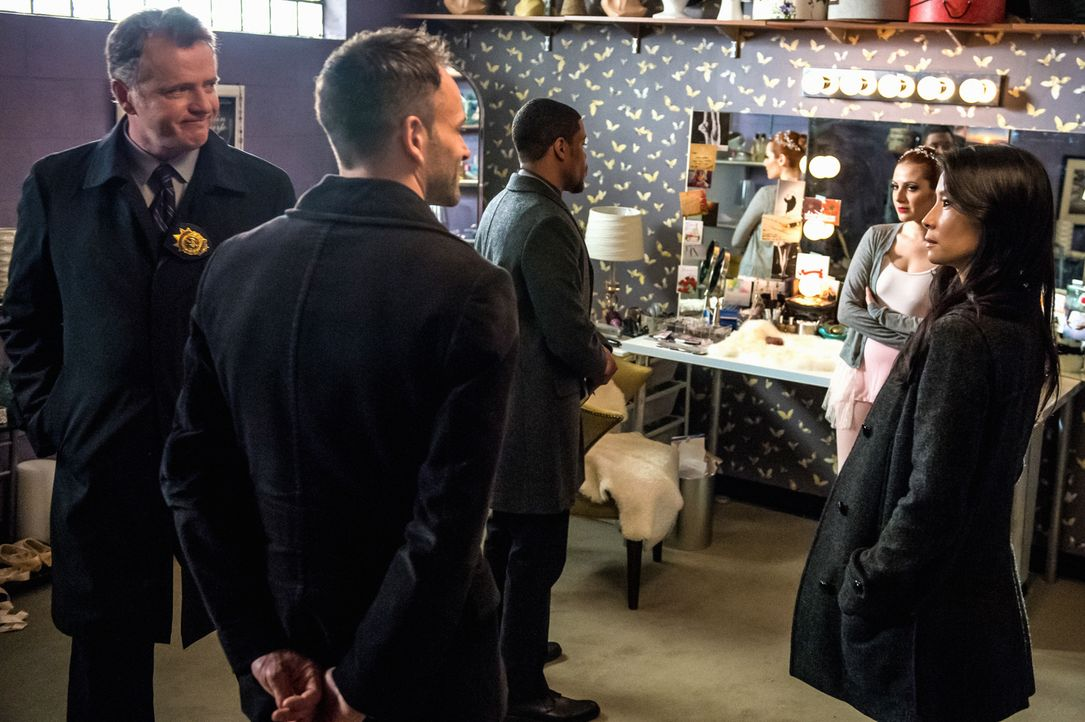 Capt. Gregson (Aidan Quinn, l.), Sherlock Holmes (Jonny Lee Miller, 2.v.l.), Det. Bell (Jon Michael Hill, M.) und Dr. Watson (Lucy Liu, r.) stellen... - Bildquelle: CBS Television