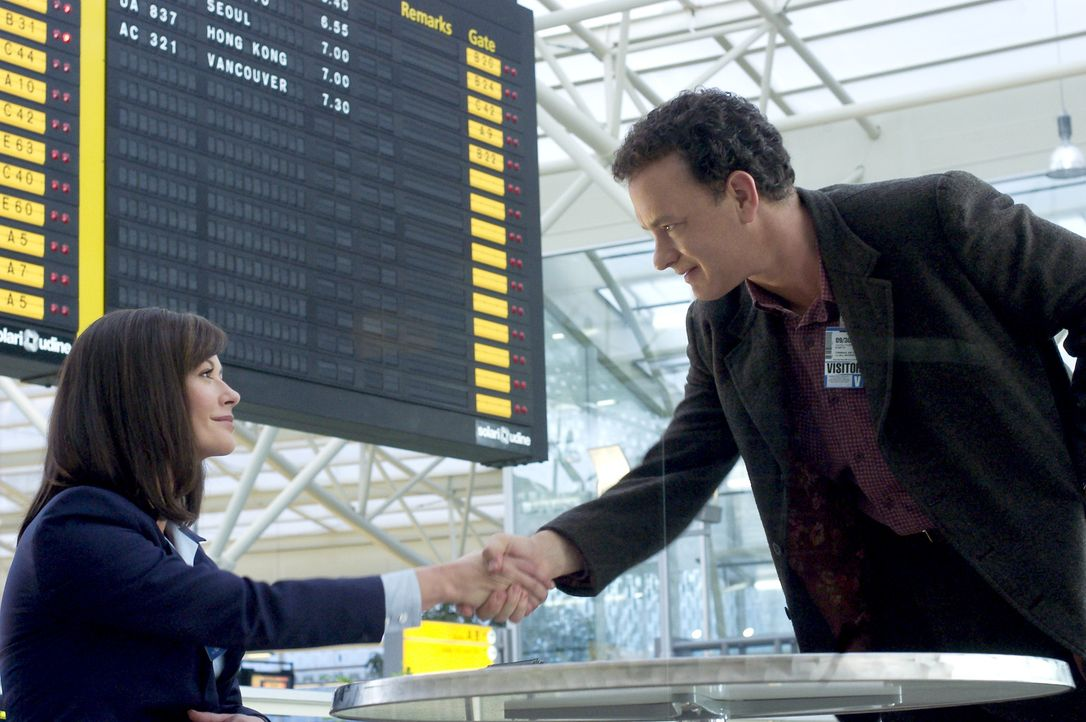 Gestrandet auf dem internationalen Flughafen JFK, mit einem Pass von Nirgendwo, ist es Viktor (Tom Hanks, r.) nun nicht mehr gestattet, in die Verei... - Bildquelle: Merrick Morton DreamWorks Distribution LLC