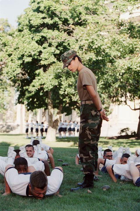 Trainerin Ali (Jordana Brewster) führt ein strenges Regiment ... - Bildquelle: Touchstone Pictures.  All rights reserved