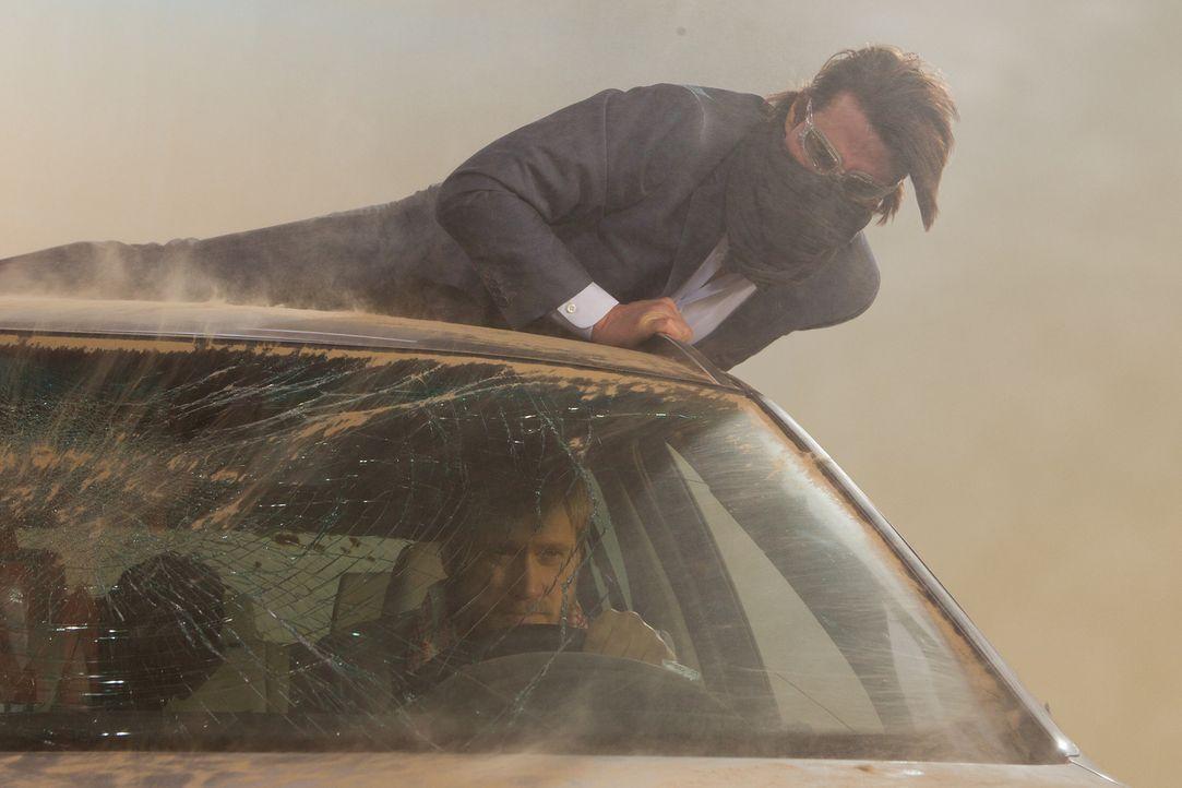 In einem heftigen Sandsturm mitten in Dubai kämpft Ethan (Tom Cruise, oben) um Leben und Tod. Sein Feind Wistrom (Samuli Edelmann, unten) darf auf k... - Bildquelle: 2011 Paramount Pictures.  All Rights Reserved.