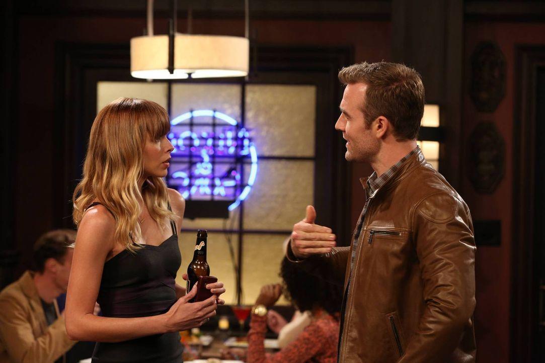 Wird Will (James Van Der Beek, r.) die blonde Schönheit (Christina Murphy, l.) beeindrucken können? - Bildquelle: 2013 CBS Broadcasting, Inc. All Rights Reserved.