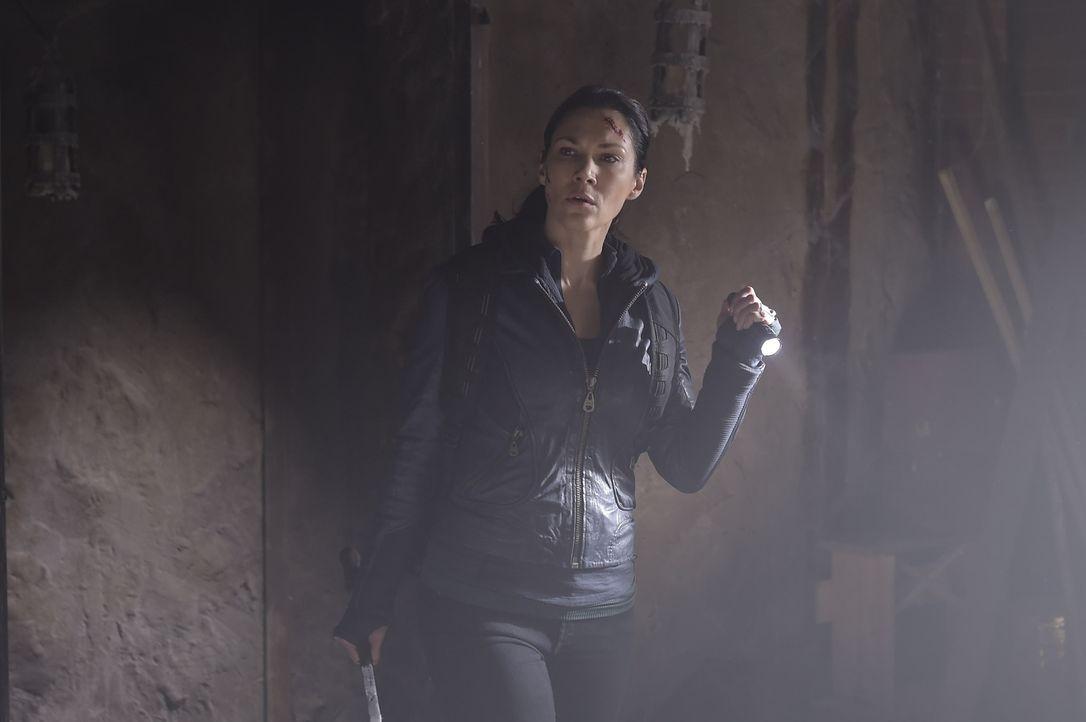 Um das Schwert ihres Vaters und ein mögliches Heilmittel zu finden, muss Julia (Kyra Zagorsky) immer tiefer in die Überreste des Anwesens und seine... - Bildquelle: Philippe Bosse 2014 Syfy Media, LLC
