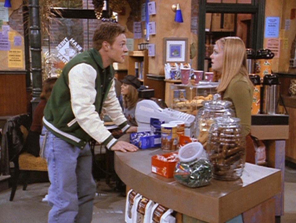 Harvey (Nate Richert, l.) will unbedingt, dass Sabrina (Melissa Joan Hart, r.) sich sein Footballspiel ansieht. - Bildquelle: Paramount Pictures